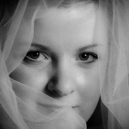 Bride & Veil Mono Protrait