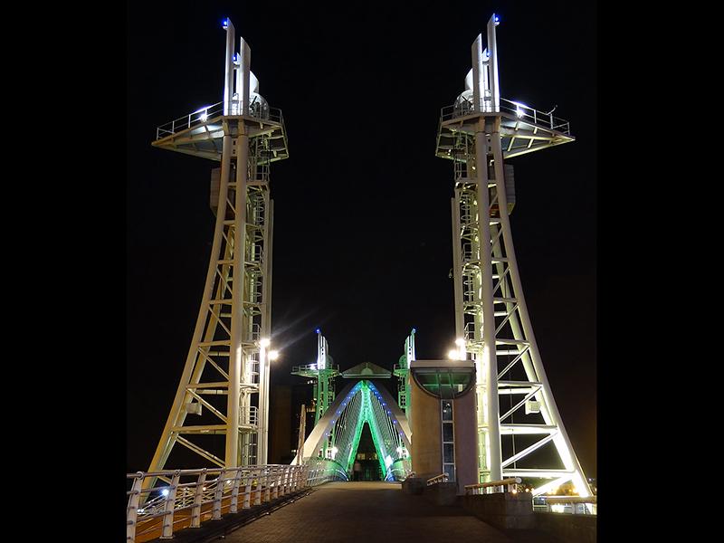Com Salford Lift Bridge by Les Unwin