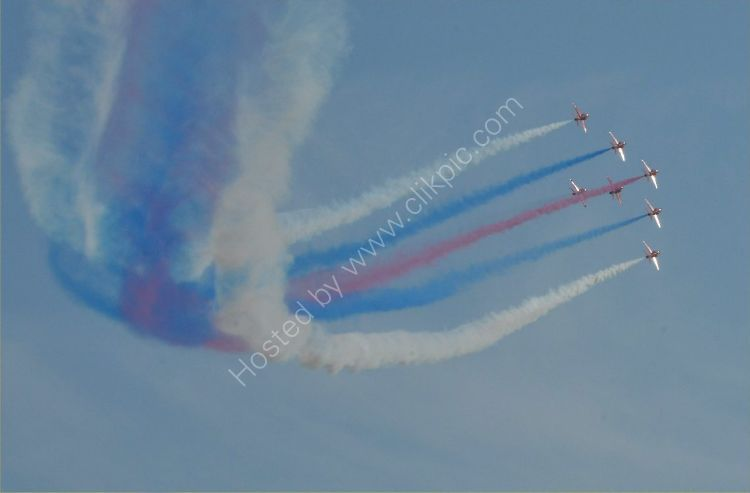 Aircraft - The Red Arrows (Hawk TI) - Swooping up to the right