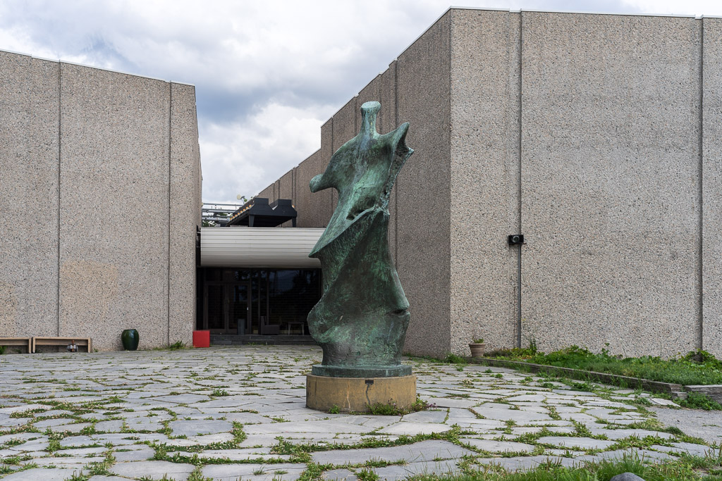 The Sculpture at the Backside