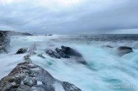 Opprørt hav møter land