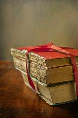 pile-of-books-©benjaminharte