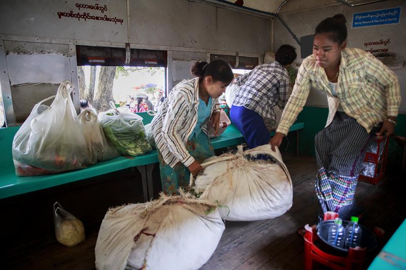 Train Yangon 254A1336 E