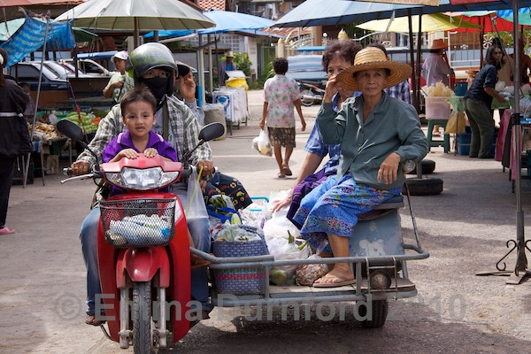 Travelling to Bang Noi Village market