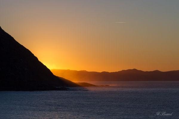 Sol bak fjellet