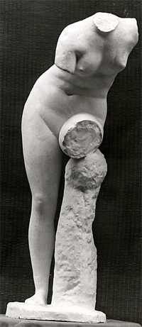 S004 Venere torso su una gamba