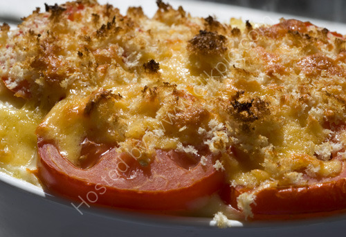 Pasta in cheese sauce, topped with tomato and breadcrumbs
