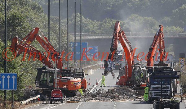PIC SHOWS: the last piece of the damaged pedestrian bridge over the M20 between j3-4 near Addington, Kent, is broken up, seen here saturday morning 3.9.16