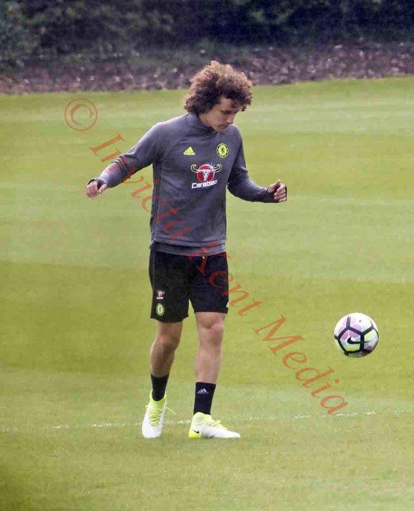 PICS SHOWS; Chelsea training ground Today;John Terry and David Luiz go thru a short training session.