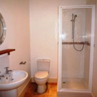 One of the 2 luxury shower rooms in 21 Radmoor Road suitable for 6 Loughborough University students.