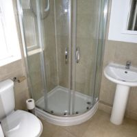 Contemporary hotel style shower room in Gracedieu Rd, Loughborough student accommodation to rent.