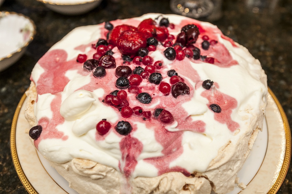 meringue pavlova dessert
