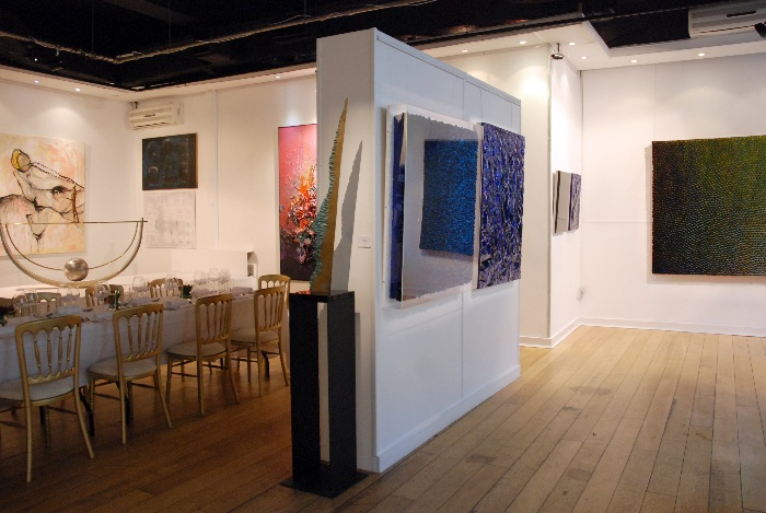 Use of panels dividing the exhibition space from dinner event