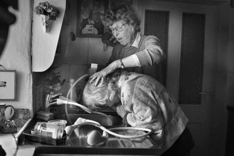 Lynne Lynch washing Betty Fox's hair, December 2017