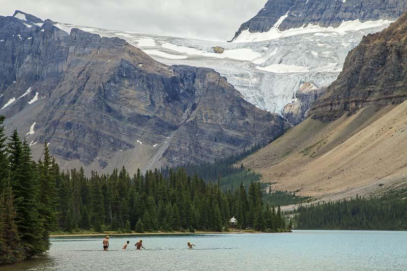 Baigneurs dans les eaux glacées de Bow Lake