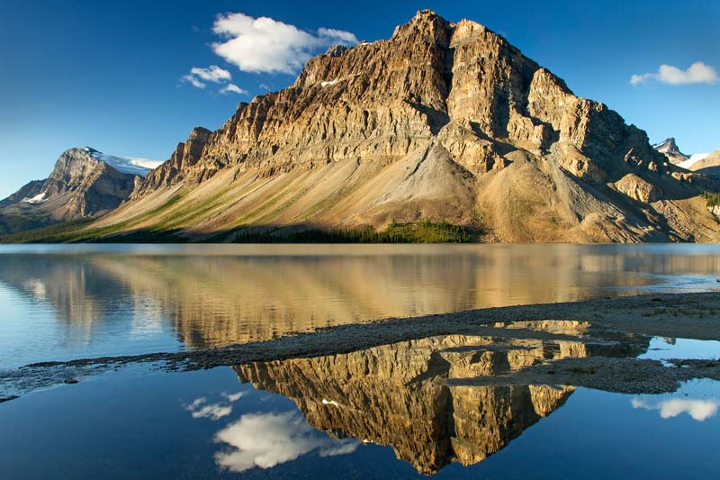 Réflection du Mont Crowfoot dans Bow Lake