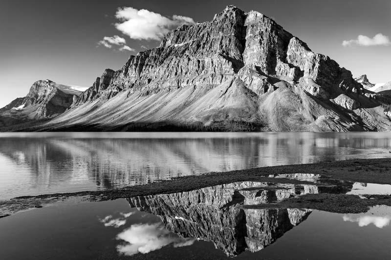 Réflection du Mont Crowfoot dans Bow Lake - noir et blanc