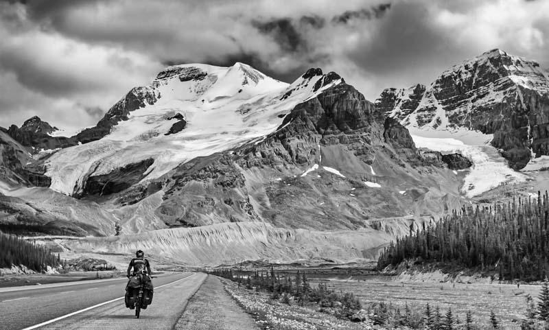 Cyclo-touriste sur le Icefield Parkway - noir et blanc