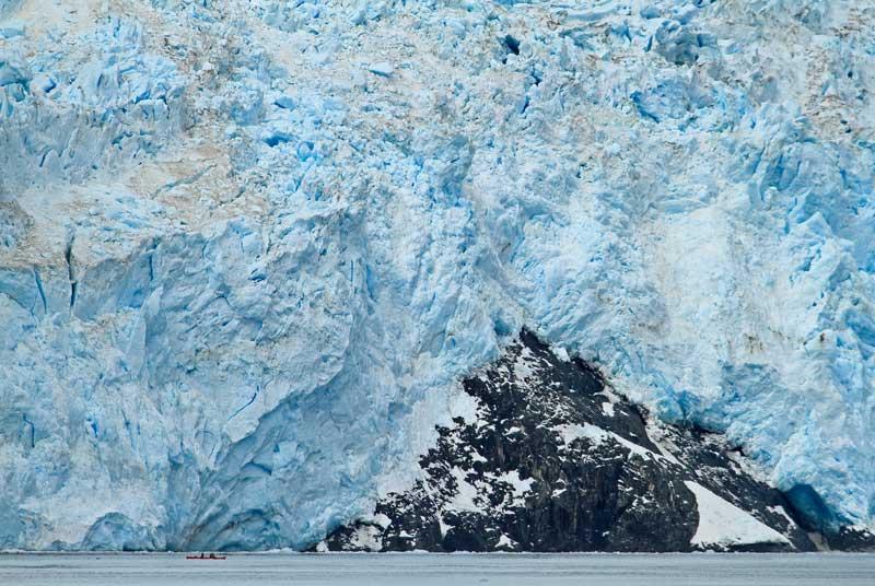 Kayakiste devant le glacier Aialik