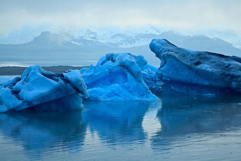 Icebergs dans la lagune au coucher du soleil