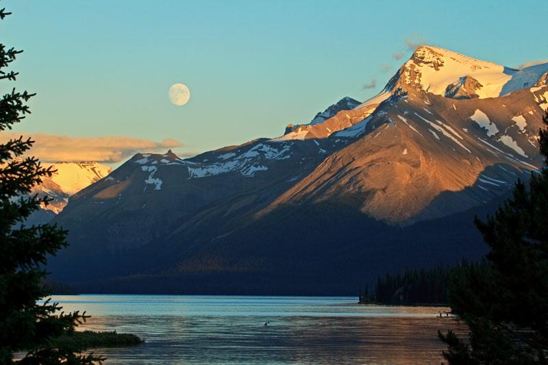 Lac Maligne et lever de pleine lune