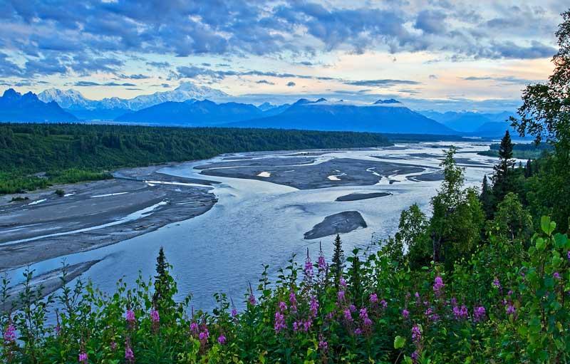 Mont Denali et la rivière Chulitna au lever du soleil