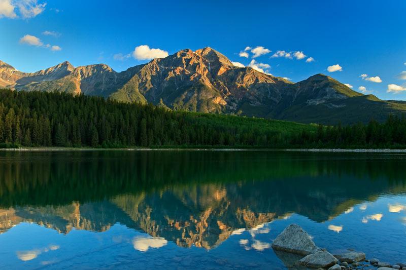 Mont Pyramid et le lac Patricia au lever du soleil
