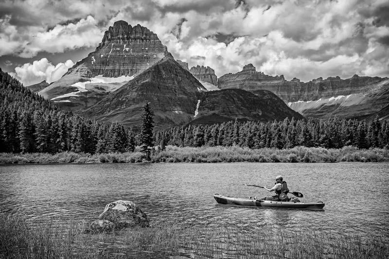 Kayakiste sur le lac Swiftcurrent - noir et blanc