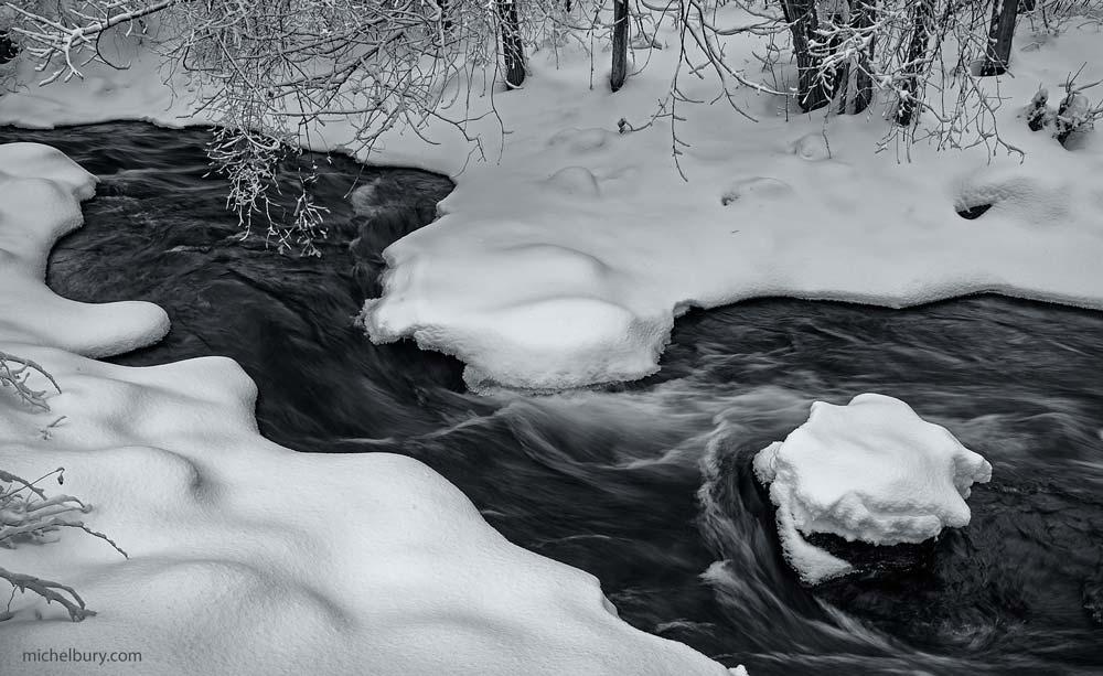 Rapides en hiver après la neige - noir et blanc