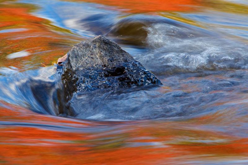 Reflets d'automne et rocher