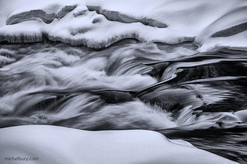 Rapides de la rivière Ouareau en hiver - noir et blanc