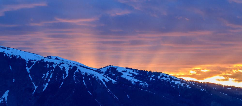 Chaîne des Tetons avec rayons de coucher de soleil