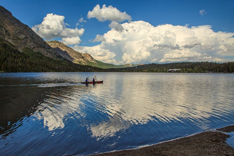 Kayakistes sur le lac Two Medecine