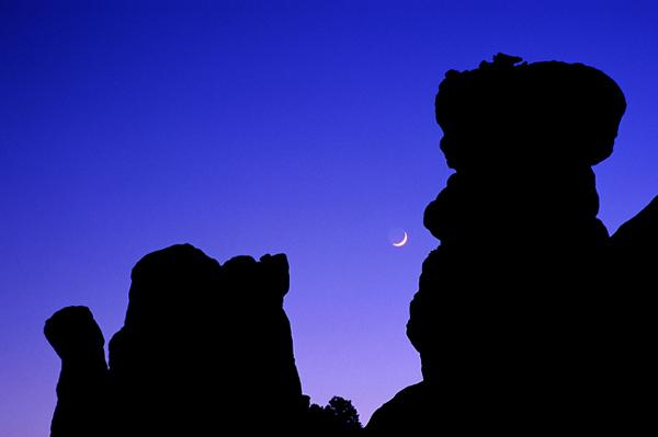 Silouhettes fantastiques à la brunante - Arches NP, Utah