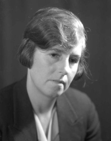 Dr Joan Cooper (1932.)