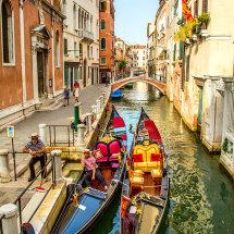 8011-Venice gondoliers