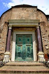 ROME: Antique building and door