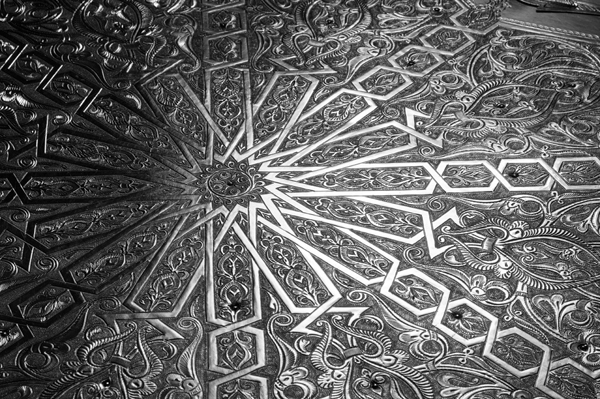 Mamounia engraved metal table detail