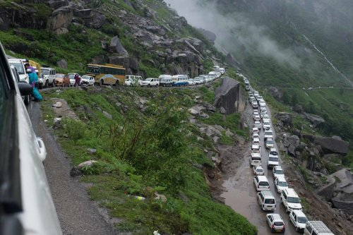Traffic on the way to the Rohtang La pass