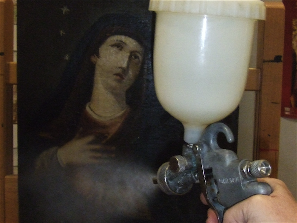 Varnishing by pulverization and spraying.