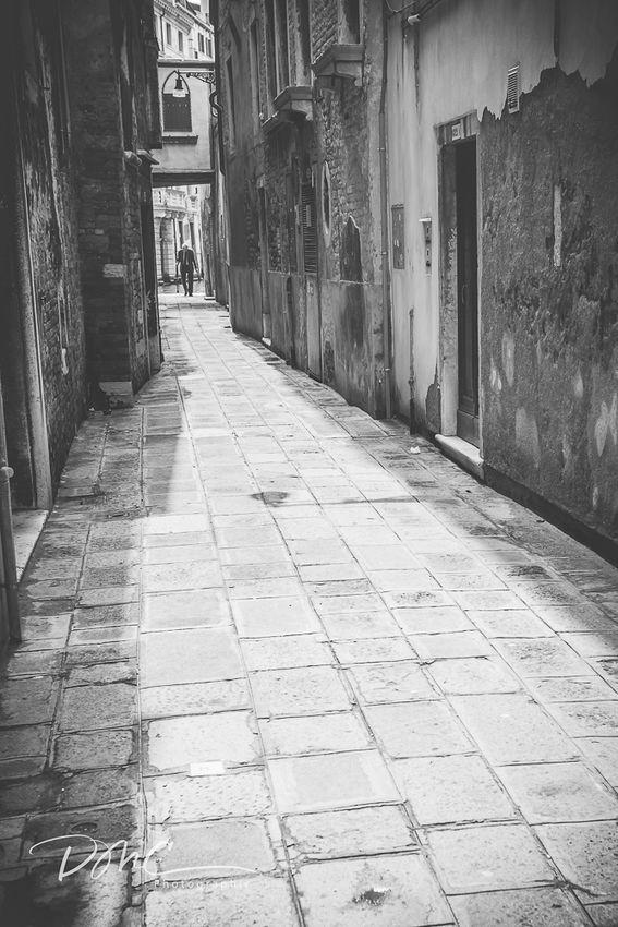 Venice Alley (in mono)