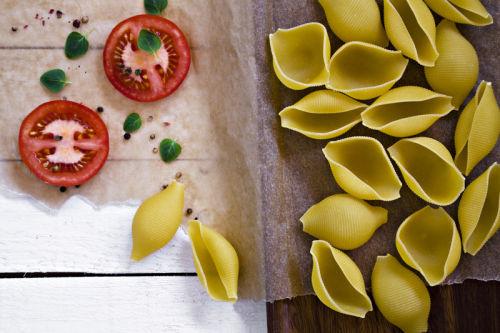 Conchiglioni with sliced tomato