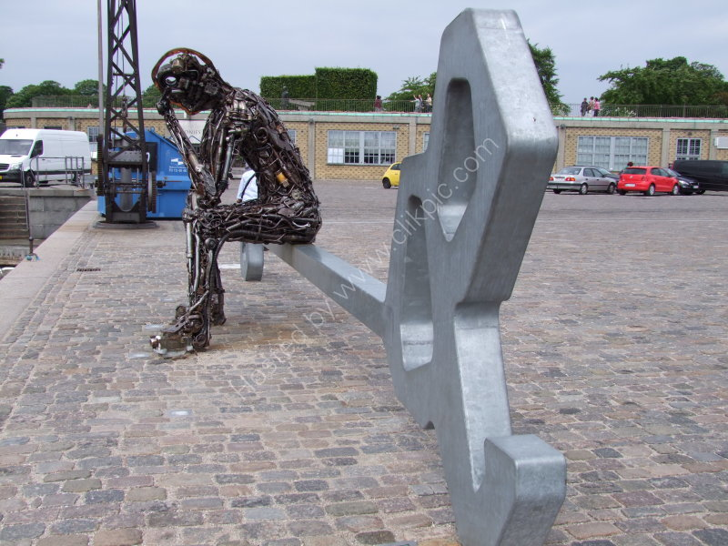 """Scupture """"Sitting on the Key"""""""