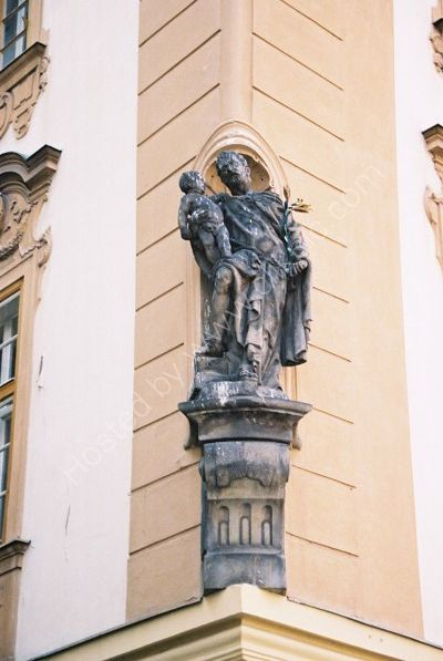 """Statue """"At The Ox"""" on Corner of House, Old Town, Prague"""
