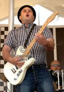 Toot'n'SkameN guitar man