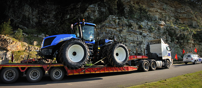 LOWBED WITH NEW HOLLAND TRACTOR (ARGO)
