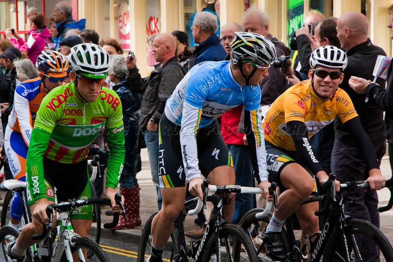 Mark Cavendish (in yellow)