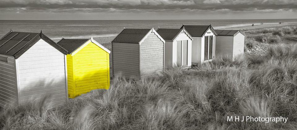 BW - Beach huts yellow