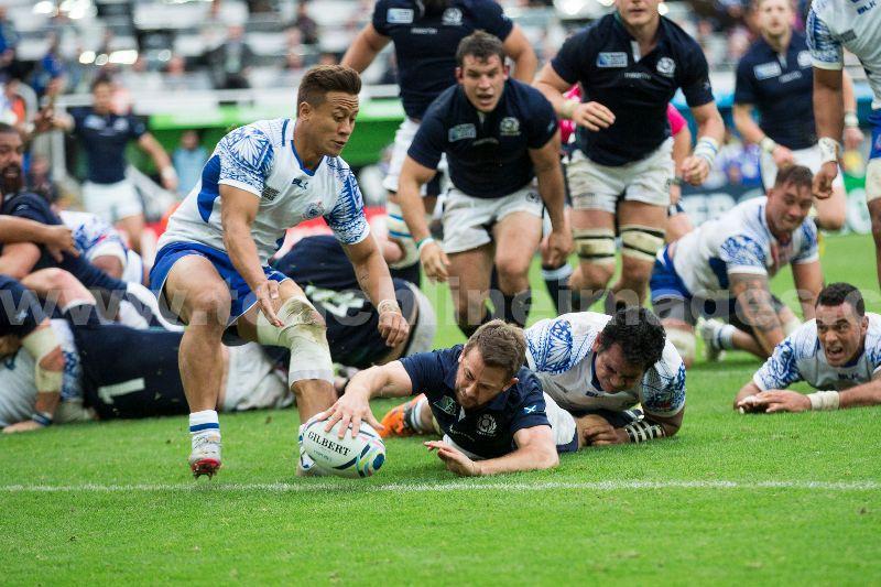 Greig Laidlaw scores for Scotland against Samoa at RWC 2015
