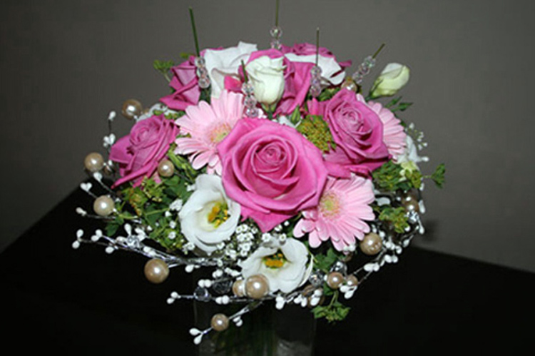 Roses, Lisianthus, Germinis<br>& Pearl Posy